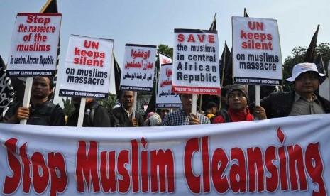 Massa dari Hizbut Tahrir Indonesia (HTI) melakukan aksi mengutuk pembantaian kaum muslim di Afrika Tengah di Depan Istana Negara Jakarta, Jumat (28/2).   (Antara/ Wahyu Putro)