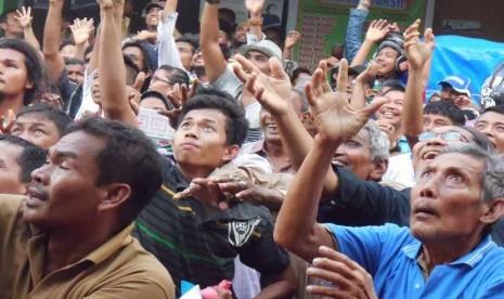 Masyarakat Muslim keturunan India merayakan acara serak gulo atau tebar gula pasir dalam rangka menyambut Maulid Sahul Hamid di depan Masjid Muhammadan di Pasar Batipuh, Kecamatan Padang Selatan, Kota Padang, Sumatera Barat, Sabtu (21/3).