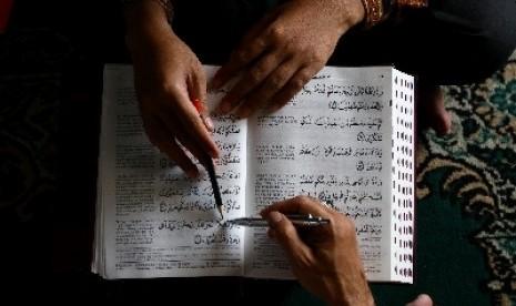 Membaca Alquran (ilustrasi).