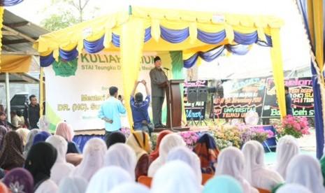 Menag Suryadharma Ali berpidato di depan civitas akamedika Sekolah Tinggi Ilmu Agama (STIA) Teungku Dirundeng, Meulaboh, Nanggroe Aceh Darussalam, Selasa (19/2)