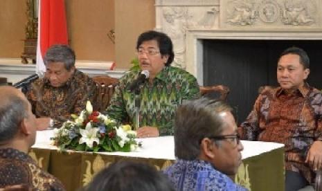 Mendikbud, M Nuh (kiri) dan Menhut Zulkifli Hasan (kanan) dalam pertemuan di Kebudes RI di London