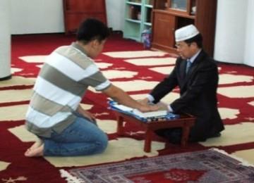 MENJADI MUALAF: Dengan mengucapkan Syahadat, seseorang telah mengikrarkan keislamannya