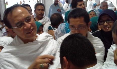 Menteri Agama Suryadharma Ali yang melayani permintaan jamaah untuk tahalul