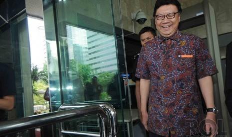 Menteri Dalam Negeri (Mendagri) Tjahjo Kumolo menjawab pertanyaan wartawan usai bertemu dengan pimpinan Komisi Pemberantasan Korupsi (KPK) di Gedung KPK, Jakarta, Jumat (19/12).