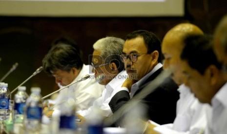 Menteri ESDM Sudirman Said mengikuti rapat kerja bersama Komisi VII DPR RI, Komplek Parlemen Senayan, Jakarta, Rabu (28/1).(Republika/ Wihdan)