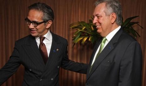 Menteri Luar Negeri RI Marty Natalegawa (kiri) menyambut kedatangan Menlu Brasil Luis Alberto Figueiredo (kanan)  disela-sela Konferensi Tingkat Menteri (KTM) WTO, Nusa Dua, Bali, Selasa (3/12)