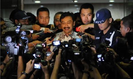 Menteri Pemuda dan Olahraga, Andi Mallarangeng, usai menjalani pemeriksaan di gedung KPK, Jakarta, Kamis (25/5).