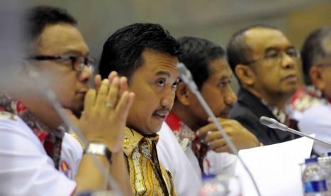 Menteri Pemuda dan Olahraga Imam Nahrawi mengikuti rapat kerja bersama Komisi X DPR RI Kompleks Parlemen Senayan, Jakarta, Kamis (5/2). Rapat membahas RAPBN perubahan 2015 sesuai dengan nota keuangan serta evaluasi terhadap PSSI.