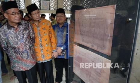 Menteri Pendidikan dan Kebudayaan Muhadjir Effendi (kiri), didampingi Imam Besar Masjid Istiqlal Nasaruddin Umar (kedua kiri) saat meninjau pameran seusai pembukaan Pameran di selasar utama Masjid Istiqlal, Jakarta, Rabu (22/2).
