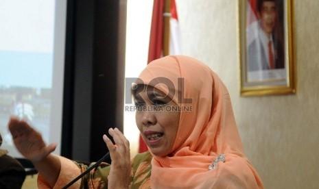Menteri Sosial Khofifah Indar Parawansa berbicara saat memimpin rapat koodinasi Peningkatan Sinergi Dalam Mendukung Efektifitas Program Raskin dalam Kerangka Penanggulangan Kemiskinan di kantor Kemensos, Jakarta, Selasa (24/3).