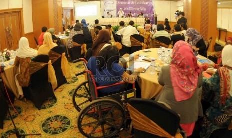 Menteri Sosial Khofifah Indar Parawansa (kedua kiri) serta Anggota Komisi VIII, DPR RI, Desy Ratnasari (kanan) menjadi pembicara dlam seminar dan lokakarya penyandang disabiltas di Jakarta, Kamis (9/4).