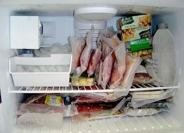Menyimpan daging di freezer tahan sampai tiga bulan. ilustrasi
