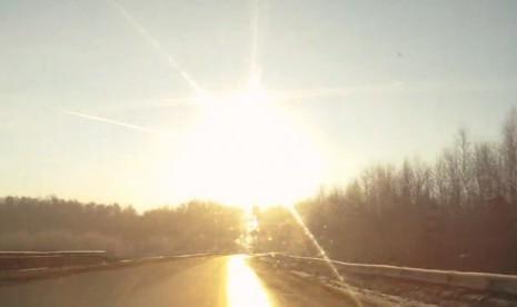 Video Meteor Jatuh Di Rusia 15 Februari 2013 Mencederai 1000 Orang
