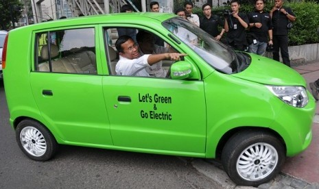 Minister of State Owned Enterprises, Dahlan Iskan, has a test drive the Indonesian made elcetric car for 48 kilometer on Monday.