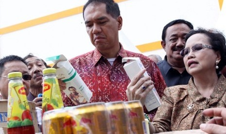 Minister of Trade, Gita Wiryawan (left) checks some illegal products confiscated from Aviari Market in Batam on Monday. National Agency of Drug and Food Control (BPOM) seized 950 illegal import products and toxic cosmetic products  from surprise inspection