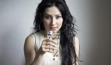 Minum air putih/ilustrasi