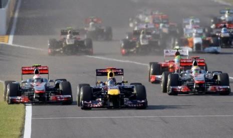 Mobil-mobil balap F1 saat berlaga di lintasan.
