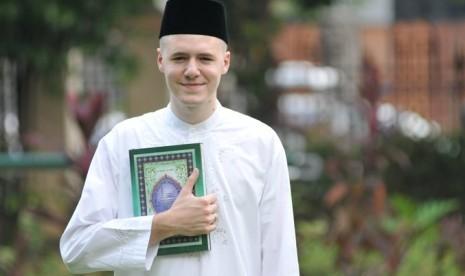 Mualaf asal Belanda, Mike Clercy usai membacakan sahadat di Masjid ...