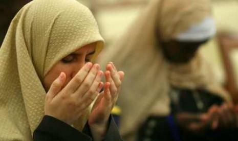 Mualaf tengah berdoa (ilustrasi)