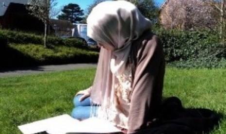 Mualaf tengah membaca literatur Islam/ilustrasi
