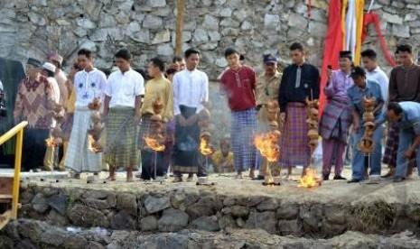 Muli-Mekhanai (muda-mudi) Lampung membakar merang sebagai salah satu proses ritual
