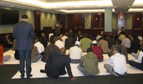 Muslim Amerika Serikat sedang menunaikan shalat Jumat di Gedung Capitol Washington
