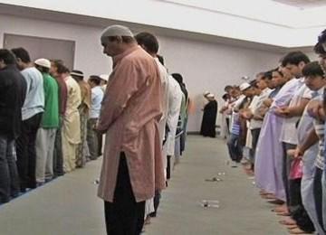 Muslim AS saat melakukan shalat tarawih