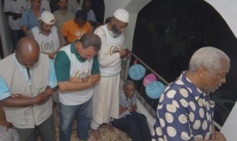 Muslim di Havana, Kuba, saat melaksanakan shalat Jumat di dalam apartemen.
