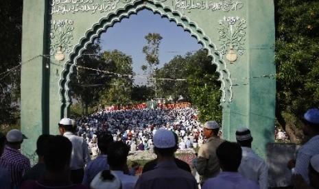 Muslim India melaksanakan shalat Idul Adha di Jammu, India pada 16 Oktober 2013.