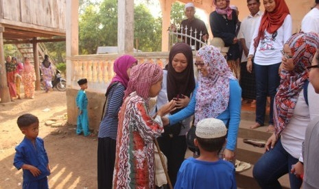 Muslim Kamboja sedang silaturahim.