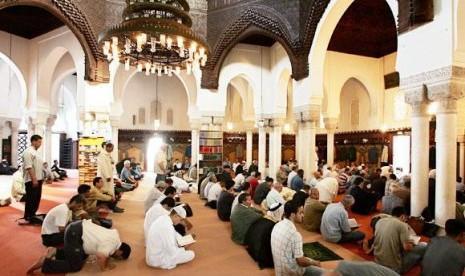 Muslim Prancis sedang menjalankan shalat di Masjid Agung Paris