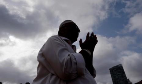 Muslim tengah bermunajat kepada Sang Khaliq Allah SWT