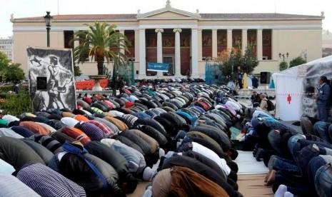 Muslim Yunani saat melaksanakan shalat jamaah di luar kampus Universitas Athena, Yunani.