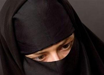 Muslimah Prancis mengenakan burka