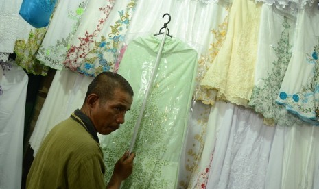 Muslimah prayer clothes are on display in Tanah Abang market, Central Jakarta. Demand of the prayer clothes usually is increasing before Ramadhan the fasting month. (illustration)