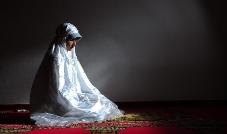 Muslimah shalat (ilustrasi).