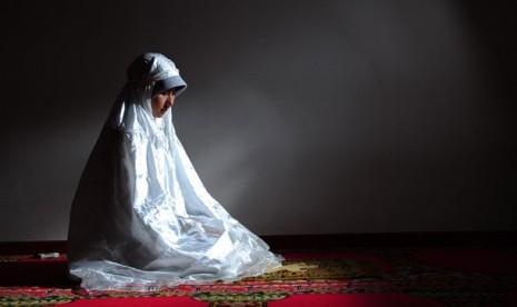 Muslimah shalat Tahajud.    (ilustrasi)