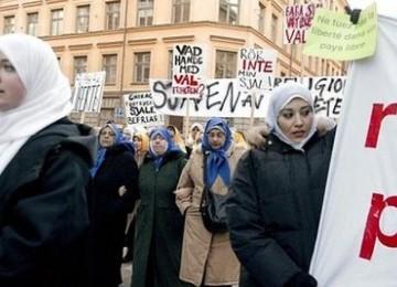 Muslimah Swedia ketika memprotes kebijakan anti-Islam.