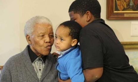Nelson Mandela dan cucu-cucunya.