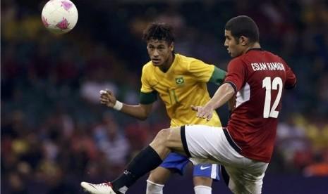 Neymar (kiri), striker timnas Brazil, berebut bola dengan pemain Mesir, Eslam Ramadan, di laga Grup C cabang sepakbola putra Olimpiade 2012 di Stadion Millennium, Cardiff, pada Kamis (26/7).