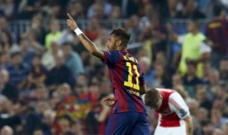 Neymar merayakan gol yang cetak ke gawang Ajax Amsterdam dalam lanjutan Liga Champions di Stadion Camp Now, Rabu (22/10).
