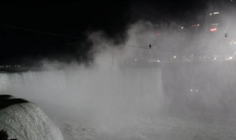 Nik Wallenda berjalan meniti tali sepanjang 1,800 kaki melintasi air terjun Niagara (15/6)