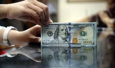 Nilai tukar rupiah terhadap dollar AS makin terpuruk hingga menembus Rp 12.800.