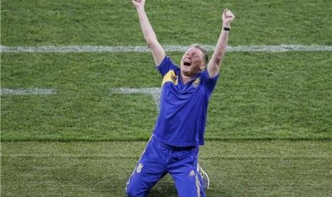 Oleg Blokhin, pelatih timnas Ukraina, meluapkan emosinya setelah timnya mengalahkan Swedia di laga pembuka Grup D Piala Eropa 2012 di Stadion Olimpiade, Kiev, Ukraina, pada Senin (11/6).