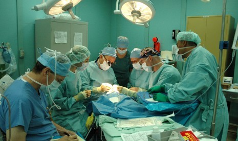 Operasi pasien (ilustrasi).