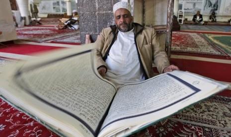 Orang membaca Al Quran. (Ilustrasi)