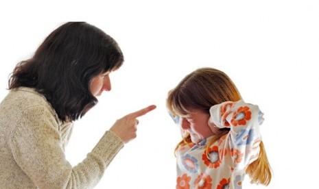 Orang tua harus konsisten, peringatkan anak sebelum menjatuhkan konsekuensi. Bila tetap tak menghiraukan, pastikan konsekuensi itu diberikan sebagai bukti keseriusan ucapan orang tua.