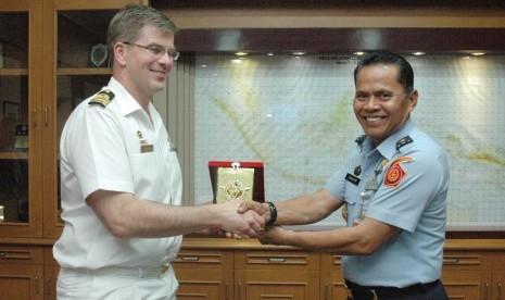 Pangkoops II TNI AU  Marsekal Muda Barhim (kanan).
