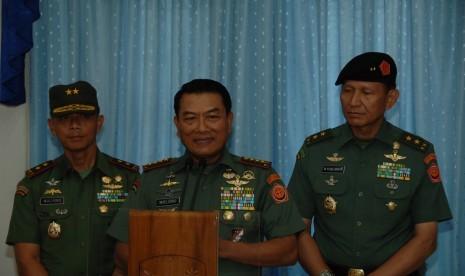 Panglima TNI Jenderal Moeldoko didamping Kapuspen Mayjen Fuad Basya dan Pangdam Jaya Mayjen Mulyono.