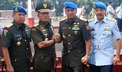 Panglima TNI Jenderal Moeldoko (kedua kiri).